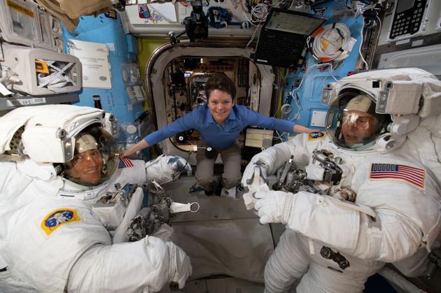 2019年3月18日,美国国家航空航天局宇航员安妮•麦克莱恩帮助宇航员克里斯蒂娜•科赫和尼克•赫格进行宇航服合身检查。目前,3月29日,由于空间站缺少合身的女性上身宇航服,安妮被尼克替换,全女性太空行走计划泡汤