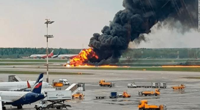 俄客机起火迫降至少40人遇难 乘客:闪电击中飞机