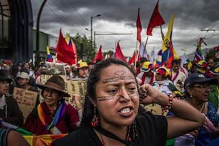 mujeres marchando en ecuador