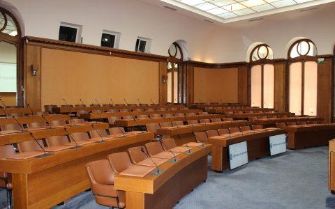 Salle des séances avec système de conférence, diffusion vidéo et captation vidéo