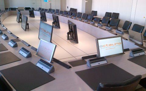 Salle du conseil d'administration avec système de conférence sans microphone col de cygne