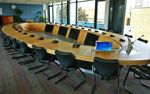 Salle du conseil d'administration avec système de conférence et diffusion vidéo