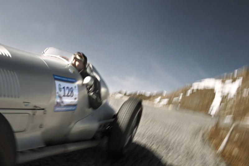 Jochen Mass mit dem Mercedes-Benz W 125 auf dem Großglockner.