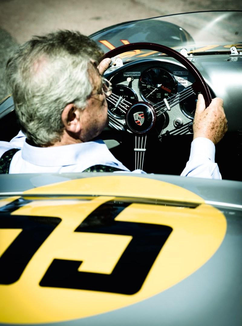 Hans Herrmann in seinem Rennwagen