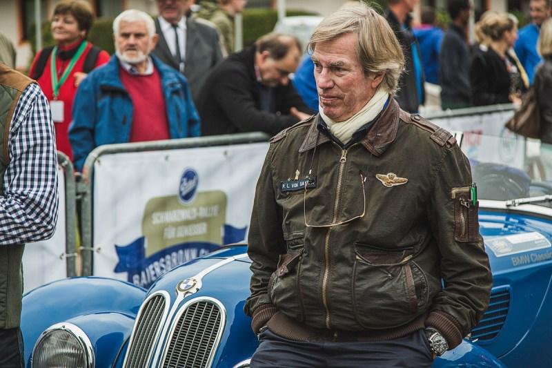 Poldi von Bayern vor seinem BMW 328 Roadster