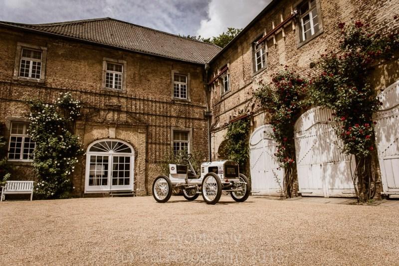 Opel-Rennwagen von 1903 vor historischer Kulisse