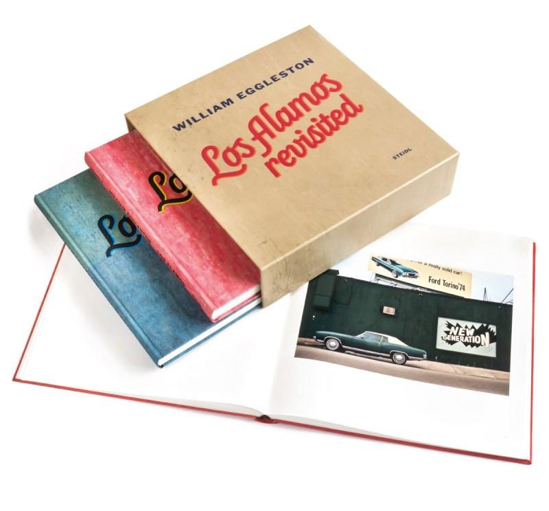 """Drei Bücher """"Los Alamos Revisited"""" von William Eggleston."""
