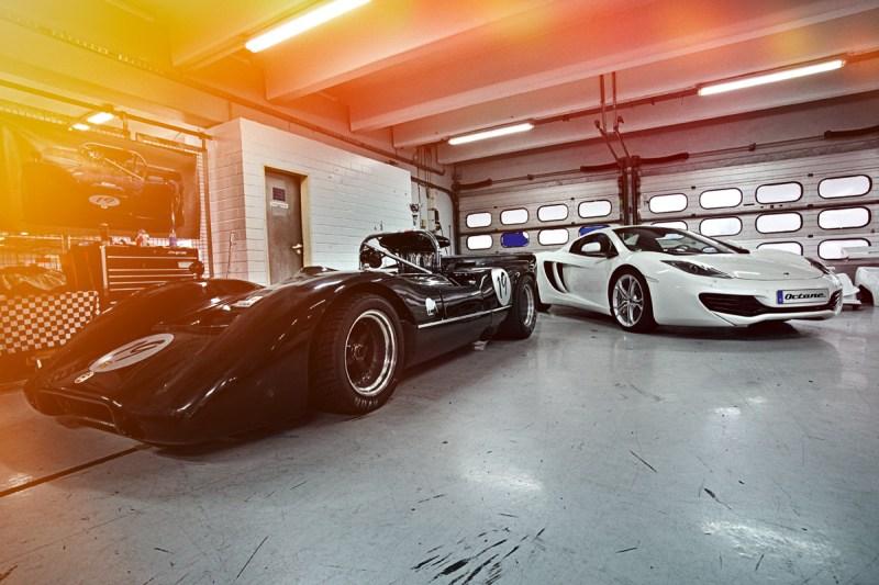 McLaren M6B und McLaren MP4-12C stehend