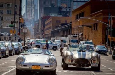 Zwei Replica des Manhattan Classic Car Club, ein Porsche 550 Spider und eine Cobra