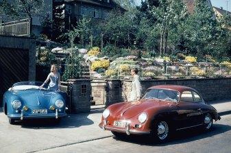 Historisches Werbefoto mit zwei Porsche 356 und zwei Models