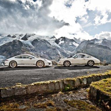 Zwei Porsche 911 stehen sich gegenüber