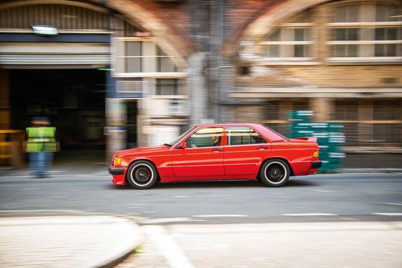 Der Anblick des halbstarken Mercedes 190, der gerade die Straßen im Londoner Süden unsicher macht, könnte Erinne- rungen wecken an die 1980er-Jahre und eher fragwürdige Tuning-Experimente im Zeichen des Sterns. Doch ist dieser Baby-Benz nicht nur wegen seines heute sechsstelligen Preises etwas Besonderes: Weil er all das verkör- pert, wofür das am Heckdeckel prangende Logo seines Erbauers – Brabus – in jener Zeit stand. Das Auto erntet viel Aufmerksamkeit von Pas- santen, auch von jenen, die zum Zeitpunkt seines Aufbaus noch nicht mal geboren waren. Doch ist es weniger der Wert des Wagens, der sie so beein- druckt. Sondern der ultracoole Retrolook. Von Graswurzeln-Anfängen und der Grün- dung von Brabus im Herbst 1977 ausgehend machte der BWL-Student Bodo Buschmann im Zuge seiner eigenen Professionalisierung das in gewissen Kreisen damals noch verpönte Tuning salonfähig. Zug um Zug befreite sich der Bottroper so vom anfänglichen »Bodo Ballermann«-Image, was durch fette Spoiler, breite »Schlappen« und dicke Motoren in kleinen Autos genährt worden war. Mehr noch: Als Mitbegründer und langjäh- riger Vorsitzender des Verbands der deutschen Automobiltuner (VDAT) half Buschmann ent- scheidend, dass Tuner ihren Bastelbuden-Status abstreifen konnten. Die gesamte Branche wurde gesellschaftsfähiger, und Brabus selbst, aber auch Ruf, Alpina und einige andere, rückten gar in den Rang eines eingetragenen Herstellers auf. Busch- mann, der am 26. April 2018 nur wenige Monate nach dem 40. Gründungsjubiläum seines Unter- nehmens starb, war ein auch bildlich gesprochen »großer« Mann mit entsprechend großer Präsenz. Und dieser hemdsärmelige Charakter des Voll- blutunternehmers spiegelte sich auch immer in seinen Autos wider. Daher scheint es angemessen, ihm zu Geden- ken noch einmal eines der besonders extremen Brabus Modelle an diesem heißen Tag durch den dichten Londoner Verkehr zu lenken. Der abge- strippte 190er mit Überrollkäfig mutet nicht wie das ideale Vehikel an, um damit an e