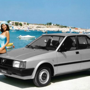 Alfa Romeo Arna mit Model auf der Motorhaube