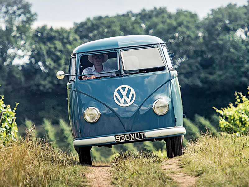 VW Bulli T1 fahrend auf einem Feldweg