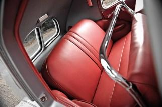 Aston Martin Atom fahrend und Details wie Motor und Rücksitzbank