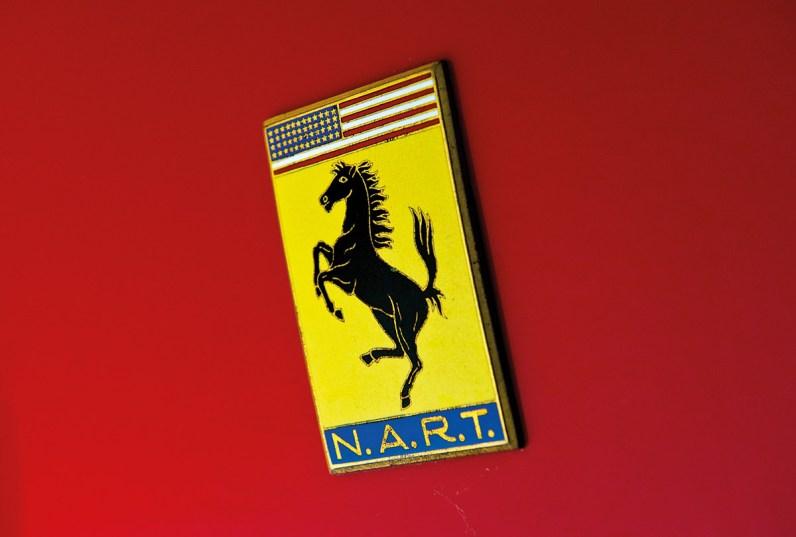 Ferrari NART Spider fahrend, stehend und Emblem
