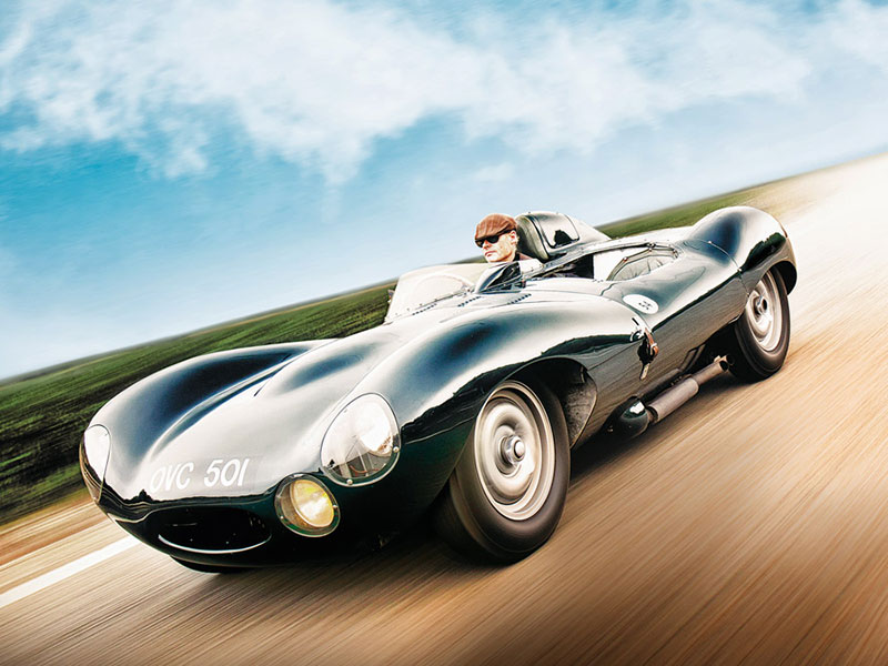 Jaguar D-Type fahrend auf der Autobahn