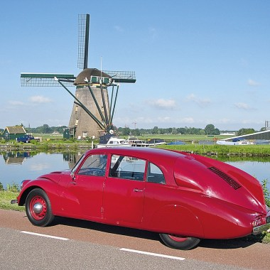 Tatra T87 parkend vor Windmühle in Holland