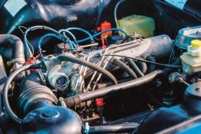 Blick auf den Motor des Peugeot 504 Cabrio