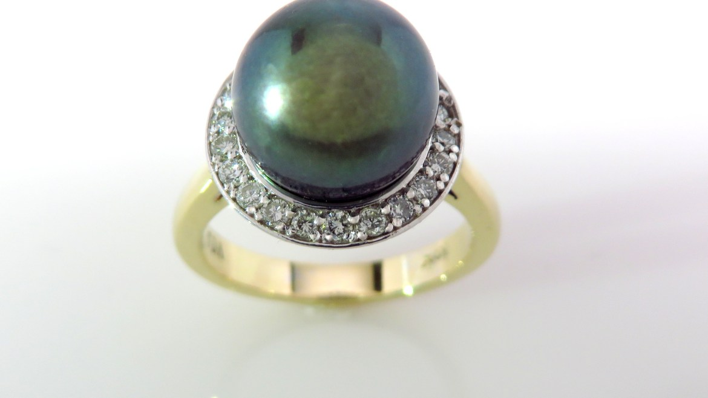 Bague 10k 2 tons serti d'une perle de Tahiti de 9.4 mm et de 22 diamants pour un total 0.22ct