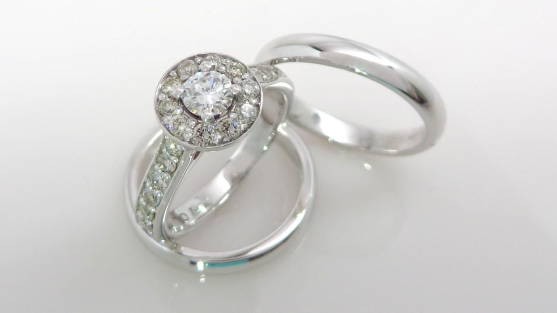 Bague or blanc 14k avec un total de 0.72 ct de diamants