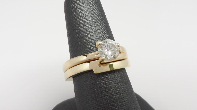 Alliance 14 k jaune sertis d'un diamant d'un 0.90 ct