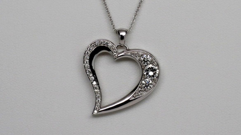 pendentif coeur en or blanc sertis de diamants