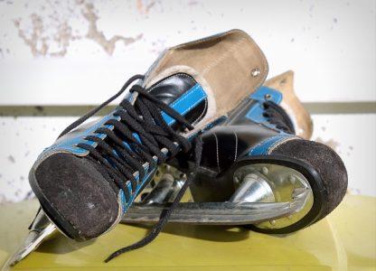 A pair of men's ice skates