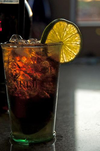 Jak připravit známé rumové koktejly Cuba Libre a Mojito?