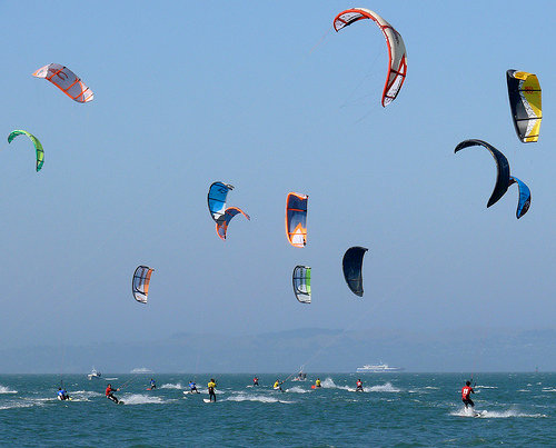 Co je kiting, powerkiting, snowkiting, kiteboarding, kitesurfing, landkiting nebo buggykiting?