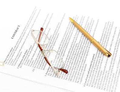 Smlouva, brýle, tužka
