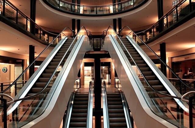 eskalátory v obchodě bez lidí
