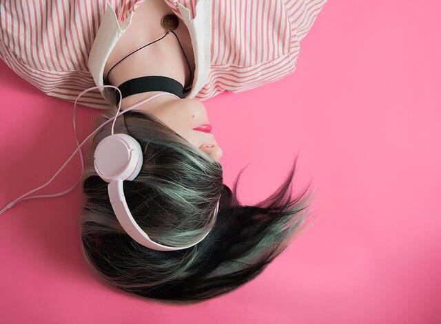 žena se sluchátky