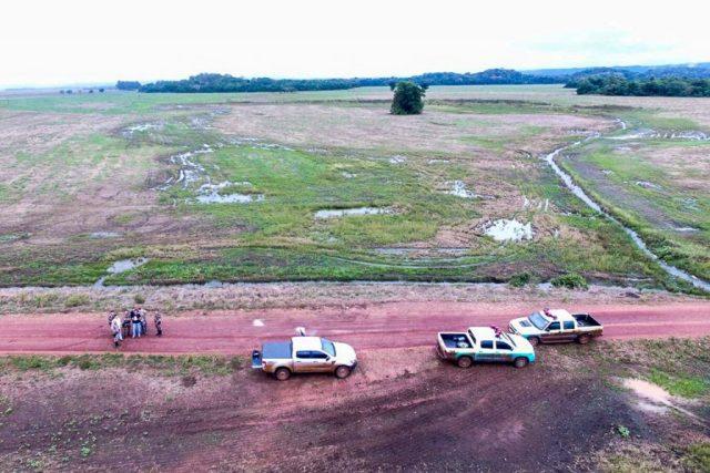 Policiais usam drone para fotografar operação. Dreno ilegal aparece no fundo da imagem. Fotos: PMA-MS