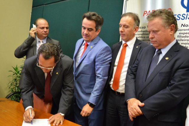 O presidente do Partido Progressista de Mato Grosso, deputado federal Ezequiel Fonseca, abona a ficha de filiação do senador Baliro Maggi (último a direita). Foto: Divulgação/PR.