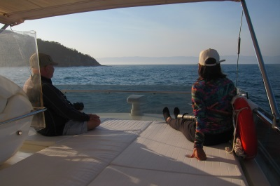 Julio Cardoso e Arlaine Francisco aguardam o momento em que a Bryde aparecer na superfície para fotografá-la. Foto: Daniele Bragança.