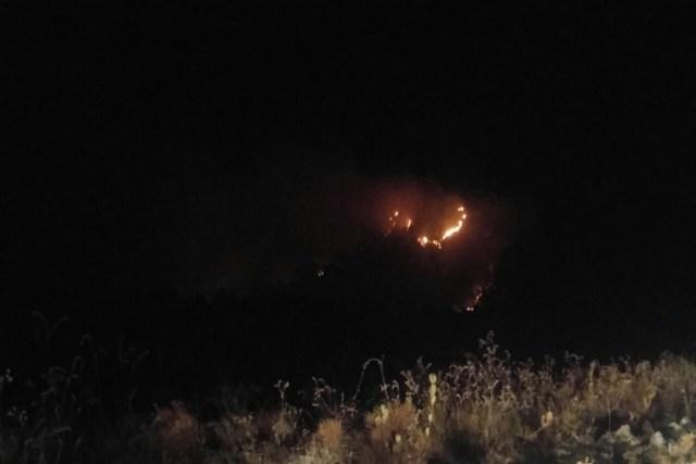 O fogo não deu trégua durante a noite. Foto: Fernando Tatagiba