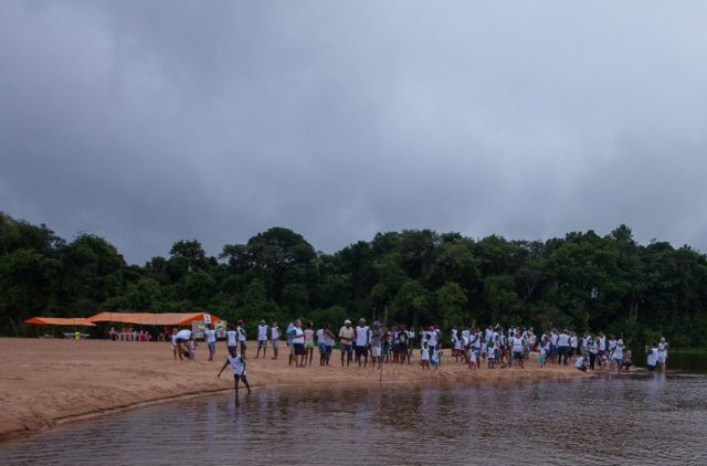 Multidão participa da soltura de 5.050 tartarugas-da-Amazônia. Foto: Marcio Isensee e Sá.