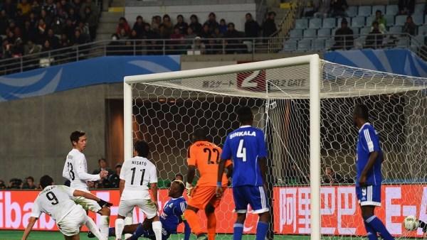 Le TP Mazembe est éliminé de la Coupe du Monde des clubs champions, après sa défaite sur le score de trois buts à zéro, dimanche 13 décembre 2015, face à Hiroshima de Japon. (Photo by Shaun Botterill - FIFA/FIFA via Getty Images)