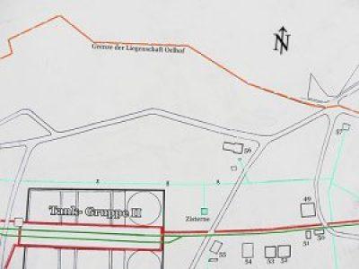 Die Gebäude in der Skizze sind:  Nr. 49 Lagerschuppen I, Nr. 50 Wohnbaracke,  Nr. 51 Wohnbaracke,  Nr. 52 und Nr. 53  Rohr-Lagerschuppen I und II, Nr. 54 Lagerschuppen II,  Nr. 55 Schmiede, Tischlerei und Waschhaus, Nr. 56 Feuerwache, Tank-Gruppe II