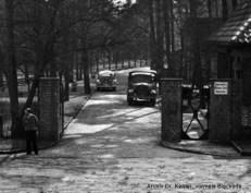 Bild 9: Eingangstor zum Krankenhaus, ehemaliges Tor Nr. 1, ca. 1950