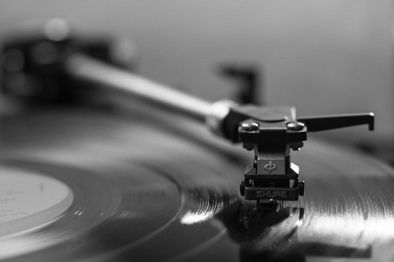 Wie is degene die steeds die grammofoonplaat op zet?