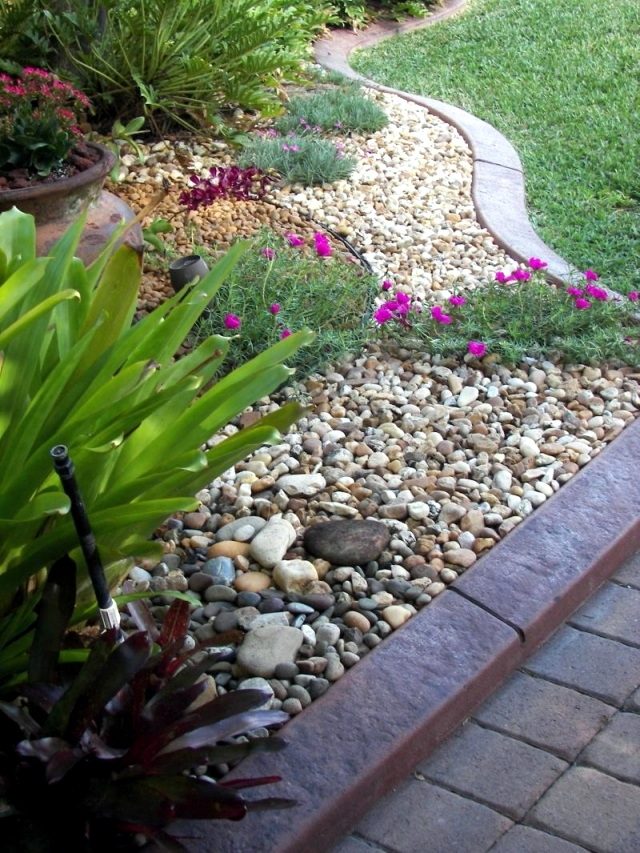 Landscaping with stone - 21 ideas for garden decorations ... on Backyard Pebble Ideas id=34422