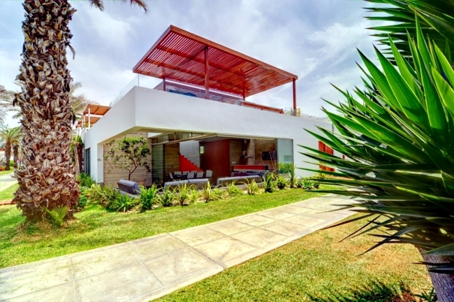 Modern House Design In Lima Impressed With Huge Roof