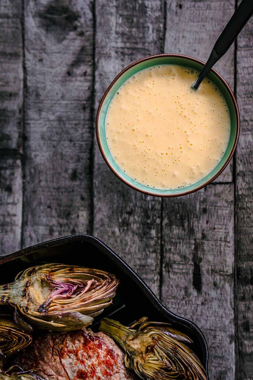 Artischocken aus der Grillpfanne + Sauce Hollandaise Soße