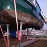 Onderzijde van stalen kajutboot herstellen