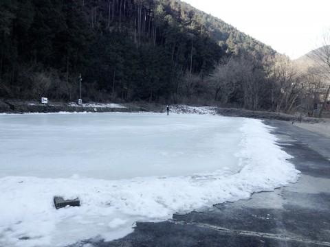 天然氷で作った上サ(かさ)スケート場