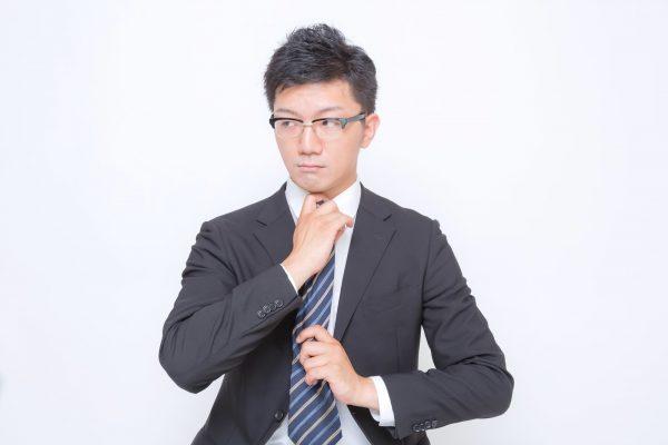 ネクタイを直す