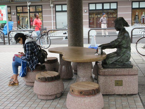 草加駅東口にある「おせんさん」の像。
