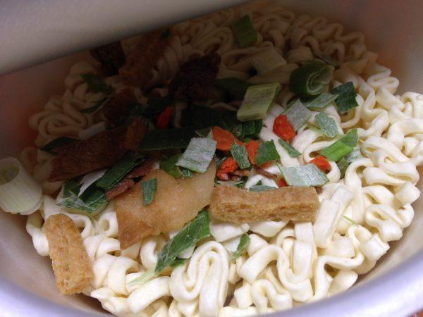 セイコーマートのオリジナルカップ麺「豚汁うどん」②
